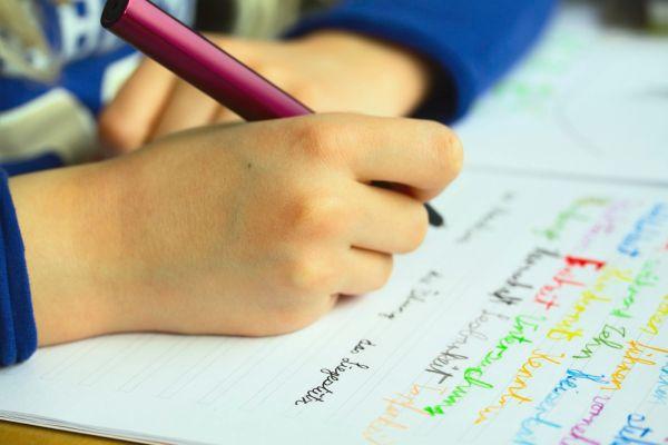 Αποτέλεσμα εικόνας για Η τεχνολογία έχει «κλέψει» από τα παιδιά την ικανότητα να... κρατούν το μολύβι τους
