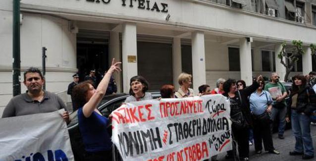 «Ολονύχτια» διαμαρτυρία των νοσηλευτών έξω από το υπουργείο Υγείας