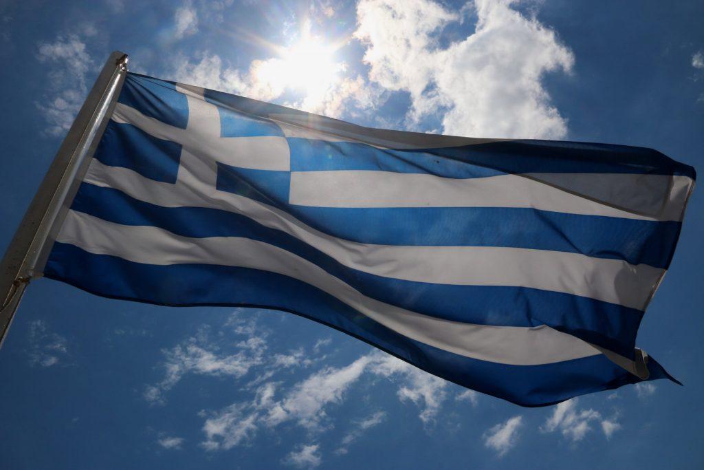Καταργείται έπαρση σημαίας και εθνικός ύμνος στα σχολεία