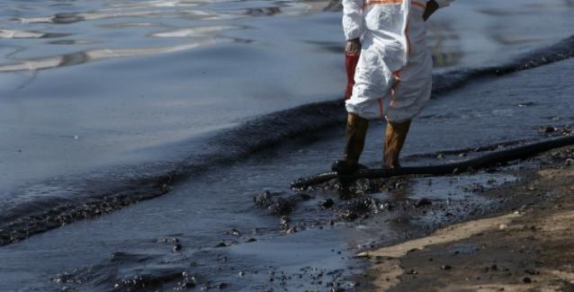 Καθηγητής τοξικολογίας προειδοποιεί: «Έυπαθείς ομάδες να μην πλησιάζουν τις μολυσμένες παραλίες»