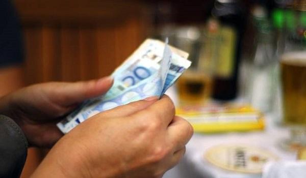 Ποιοί θα πάρουν τα 1.000 ευρώ του κοινωνικού μερίσματος μέχρι τα Χριστούγεννα