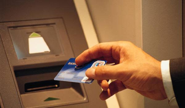 Τράπεζες : Προμήθειες ακόμη και για αλλαγή PIN στις κάρτες