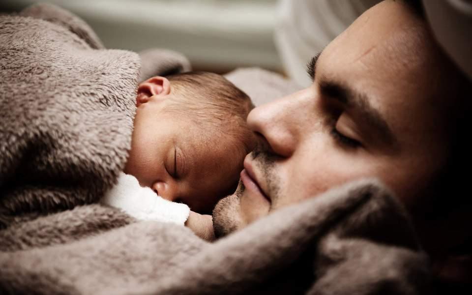 Γονική άδεια: 6 μήνες σε ΟΛΟΥΣ τους γονείς - Τι αλλάζει
