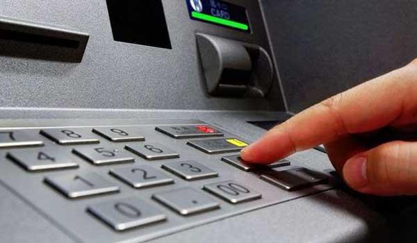 Από σήμερα πιο ακριβές οι χρεώσεις για αναλήψεις από ΑΤΜ άλλων τραπεζών