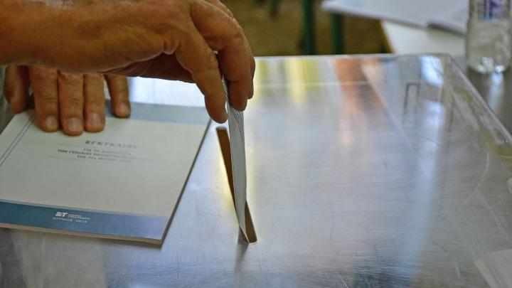Εκλογές 2019 - Εξάρχεια: Επίθεση σε δυο εκλογικά τμήματα - Πήραν και έκαψαν κάλπη στην πλατεία