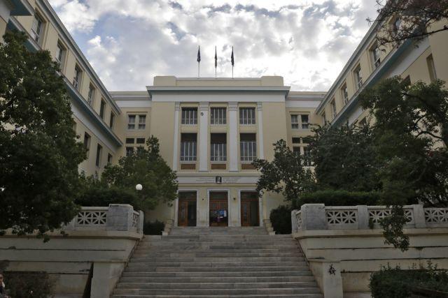 Επίθεση στον πρύτανη: Ελεύθεροι αφέθηκαν μετά τις απολογίες τους οι οκτώ νεαροί