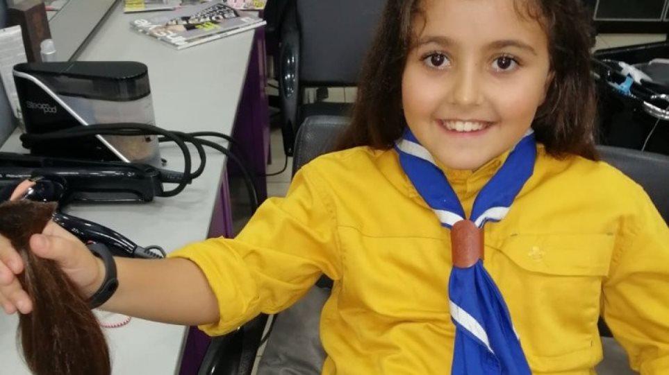 Μαθήτρια έκοψε τα μακριά της μαλλιά, για να τα χαρίσει σε παιδιά με καρκίνο