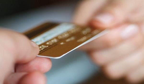 Έτσι θα στέλνουν πλέον κάρτες και PIN οι τράπεζες στους πελάτες τους
