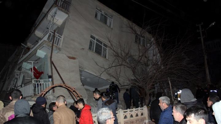 Σεισμός Τουρκία: Νεκροί και καταρρεύσεις κτιρίων
