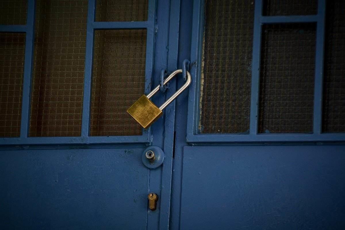 Lockdown: Κλείνουν όλα τα σχολεία και το λιανεμπόριο