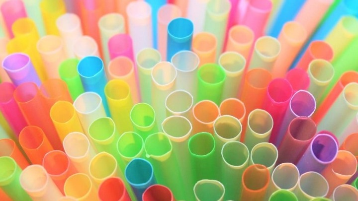 Kατάργηση των πλαστικών μίας χρήσης: Τα σημαντικά οφέλη για πολίτες και επιχειρήσεις