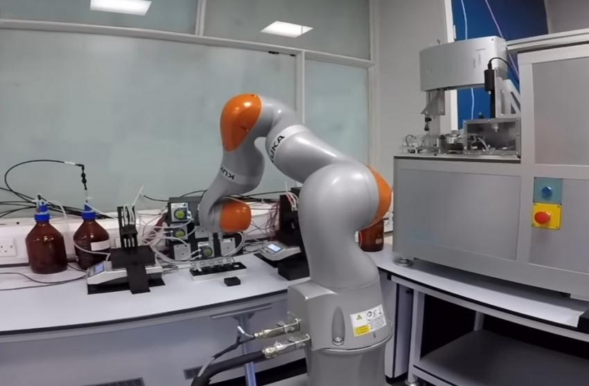 Χημικός ρομπότ κάνει μόνος του πειράματα στο εργαστήριο για ώρες!