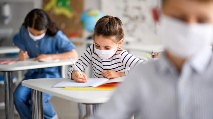 Κλειστά σχολεία: Φουντώνουν τα σενάρια για παράταση έτους-Τι θα γίνει με ενδοσχολικές