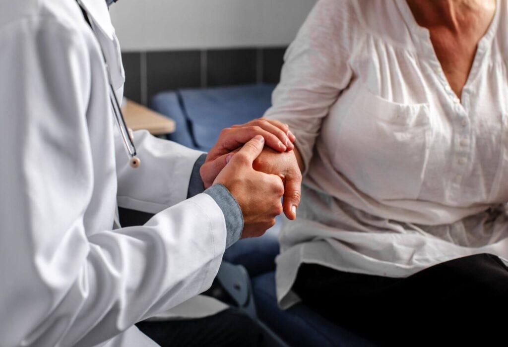 Οι άνθρωποι που καταφέρνουν να νικάνε την μοναξιά των γιορτών στα νοσοκομεία