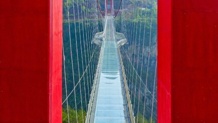 Πού είναι η μακρύτερη γέφυρα με υάλινο δάπεδο στον κόσμο