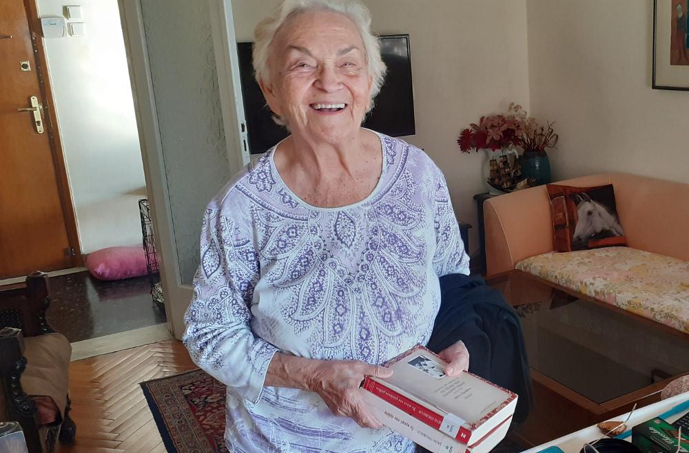 Μια «βιβλιοφάγος» ετών 92 - Στην καραντίνα διάβαζε με οικονομία
