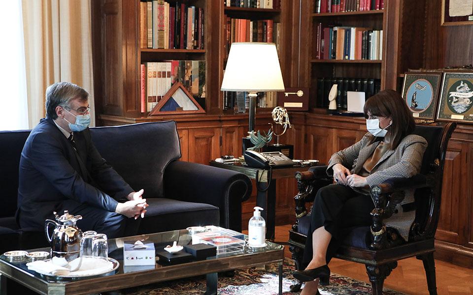Συνάντηση Κ.Σακελλαροπούλου-Σ.Τσιόδρα: «Μόνος δρόμος η πιστή εφαρμογή των μέτρων»