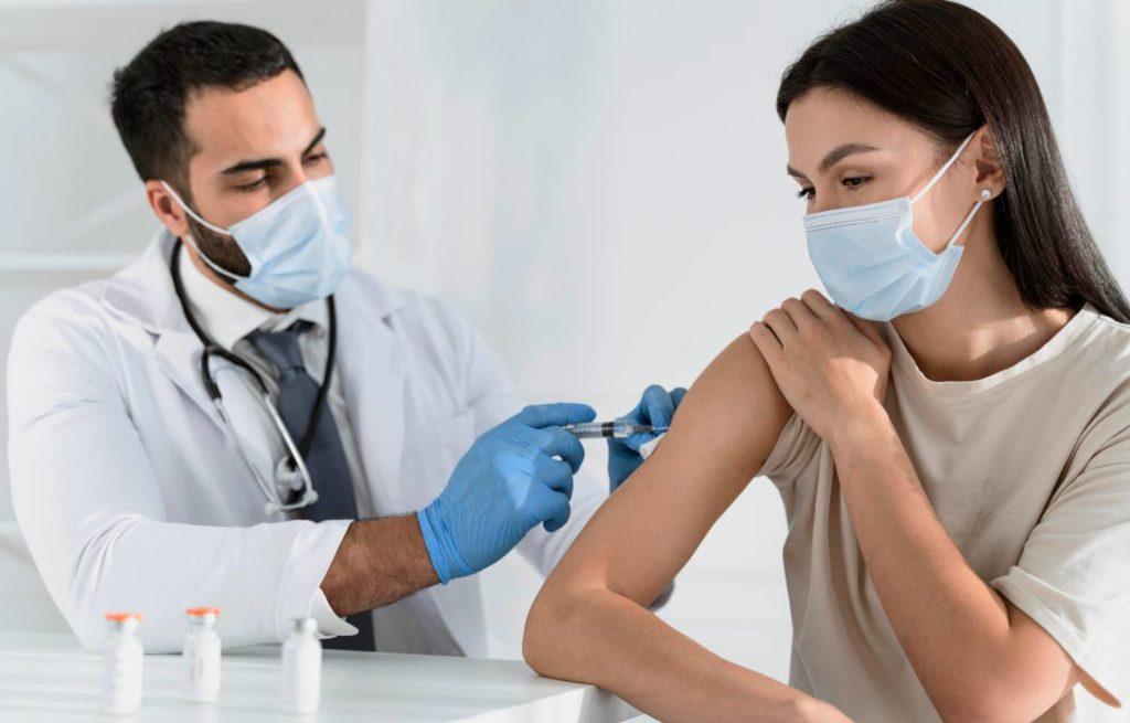 Εμβολιασμοί: Πόσα εμβόλια της Pfizer θα έρθουν – Τι θα γίνει με την Johnson & Johnson
