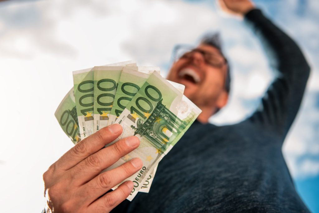 Έρχεται έκτακτο επίδομα 1.000 ευρώ σε εργαζόμενους και 3.000 σε επιχειρήσεις – Ποιοί θα το λάβουν