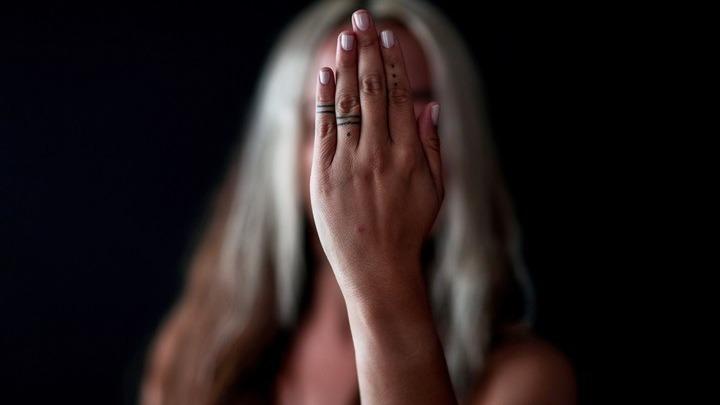 Σεξουαλική βία: Πώς βοηθάμε άτομο που έχει κακοποιηθεί