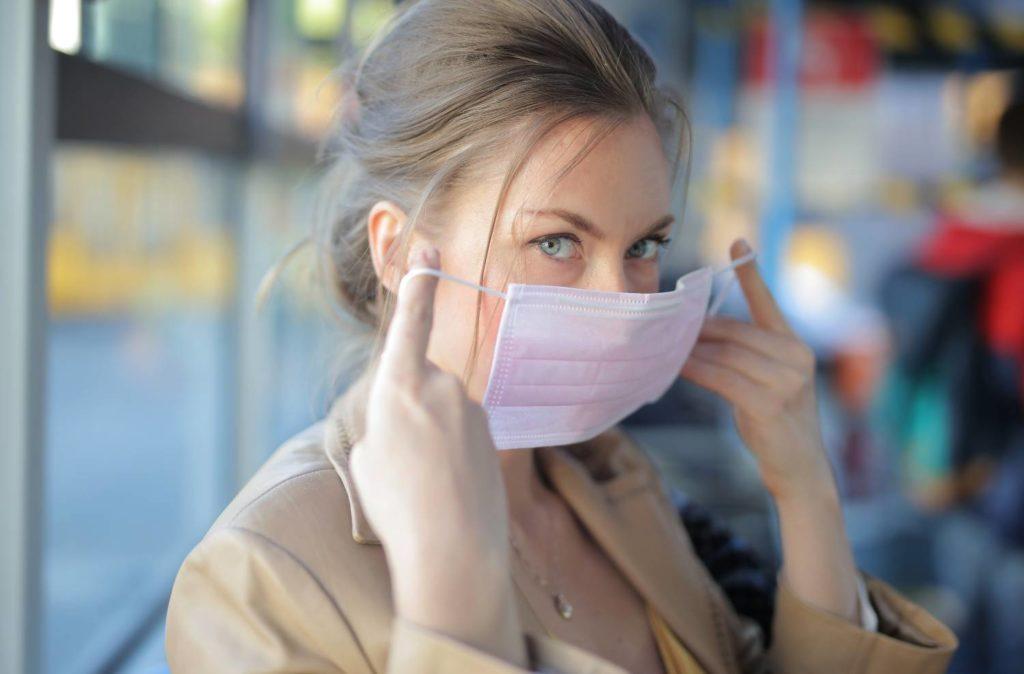 Κορονοϊός: Πότε μπορούν οι εμβολιασμένοι να βγάζουν τη μάσκα