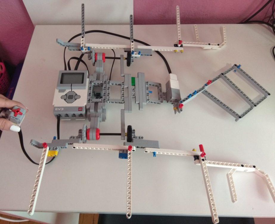 Νάουσα: Μαθήτριες έφτιαξαν ρομπότ που διπλώνει τα ρούχα